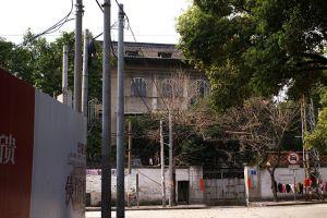 """从公园路看白鸽楼,路西侧是拆除陶园大院后正在建设的楼盘""""使馆区9号""""(拍摄:nenva / 2007年3月)"""