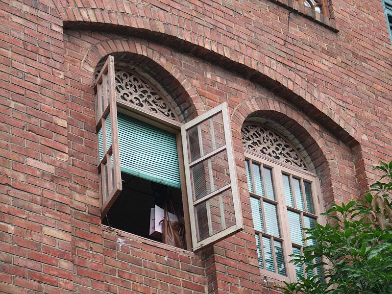 拱窗细部,注意拱券下方的雕花(拍摄:nenva)