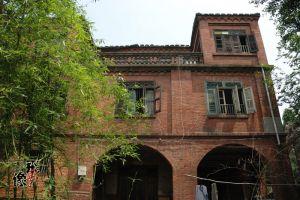 三层红砖楼,三层中部位露台(拍摄:小飞刀)