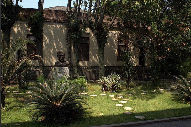 庭院中的冼星海像,如今已迁至新校区(拍摄:nenva / 2007年5月)