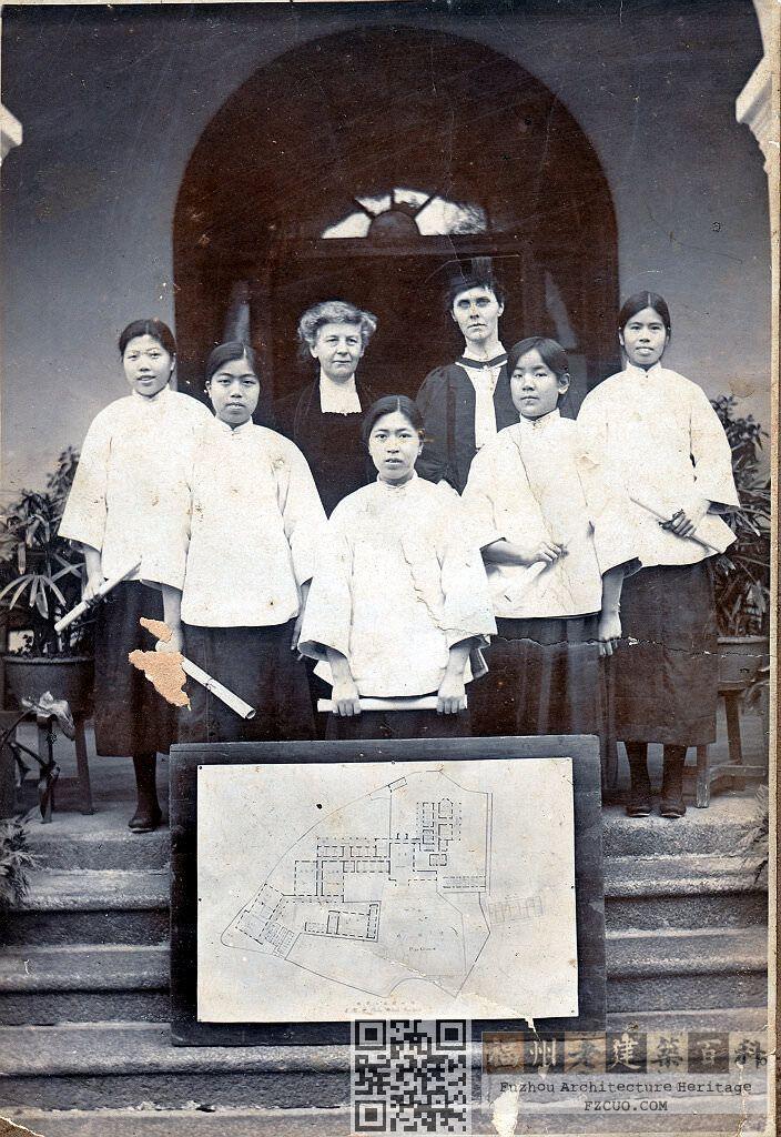 1923年,陶淑女中第一届高中毕业生合影,左三为第一任校长朗彼息女士。她们的面前是陶淑女中整体布局的平面图(来源:福建师范大学附属中学)