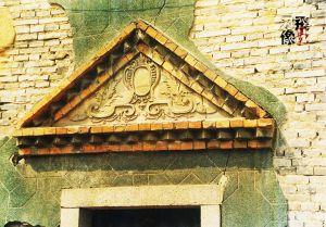 天主教堂门额装饰,绿色墙面。拍摄:小飞刀