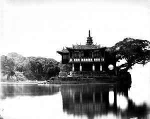 1870年代的金山塔寺,福州同兴照相馆(Foochow Tung Hing)摄。拍摄时底片感光时间很长,使得江面显得异常平静,没有了水的感觉,整个金山塔寺好像浮在云端一样,宛若仙境