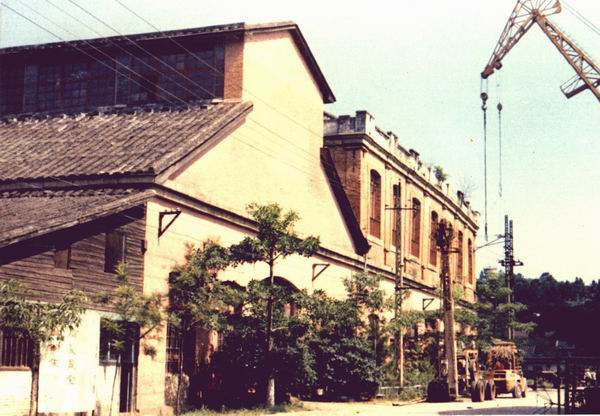 屋顶为双坡顶拼木屋架,中跨约10m,边跨约5m.