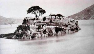 1872年英国摄影师汤姆生拍摄的长乐洋屿琴江福建水师圆山水寨