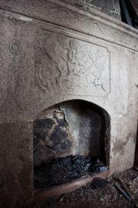 当地白石雕刻中西图案的壁炉(拍摄:池志海/2012)
