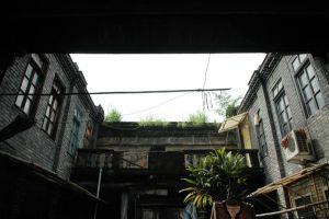 左右僻舍和大门背后的露台(小飞刀摄于2009年7月)