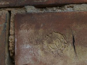 """金和园主体建筑上带有商标的红砖,内容为""""民國二十二年造*註冊商標*""""(拍摄:高爷_dolphin)"""