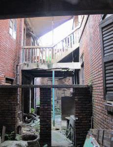 赓庐主体建筑与附属建筑间的天井及连接楼梯(拍摄:nenva,2012年5月)