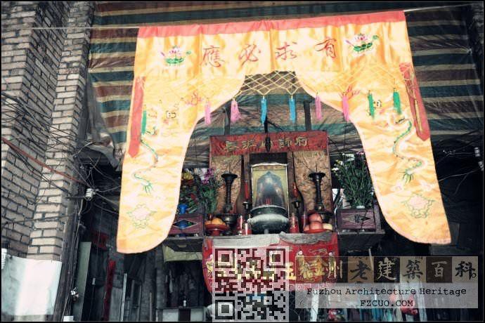 庙里的鲁班像早就被砸掉了,本来的主人仅能容身在神龛中,悬挂在前殿