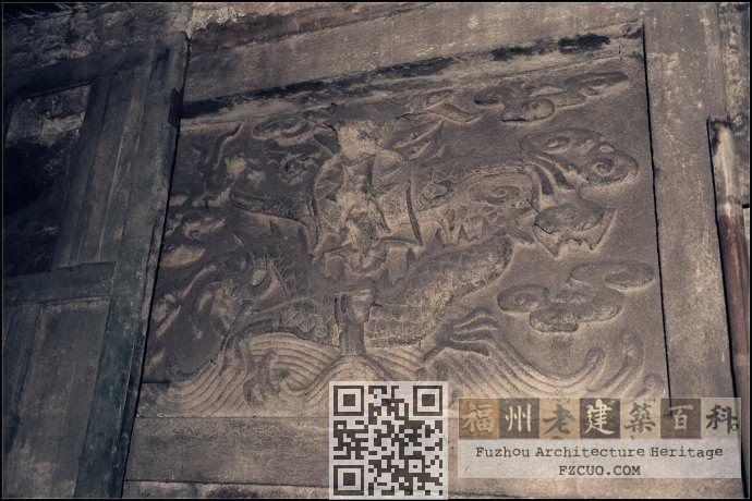 在大殿最深处的墙壁上,镶了一块雕有龙的石壁,鲁班像以前就摆在石壁前方供人膜拜。虽历经百年风雨,龙形和水波图案依旧清晰可见。