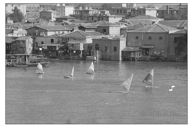 1984年拍摄的中洲岛,其时岛上有航海俱乐部,故闽江上有帆船航行(来源:中国福州图片库)
