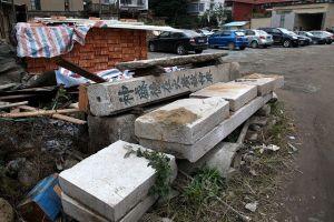 在衣锦坊停车场重新被发现的火帝庙石柱(拍摄:肖春道,2013.1.3)