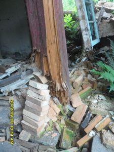 洪宅内部主柱的柱础被盗,窃贼将柱础换成了一堆砖头(洪孝松摄于2012年9月)