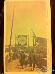 一张1912年寄往美国的、印有万寿桥照片的明信片。照片上悬挂的标志为基督教青年会善款募集进度表。(来源:新浪微博 @amoy小城旧影)