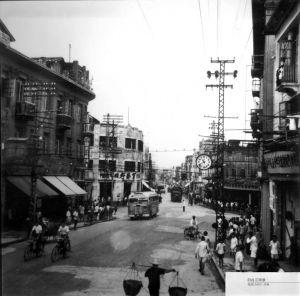 """从大桥头北望中亭街,照片左上方为尚未改建的""""百龄行""""(约摄于1950年前后,福建日报社提供)"""