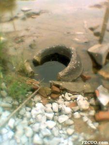 2011年9月,井栏遭损坏,浸泡在水中的丹井(来源:《东南快报》,本地居民章大爷拍摄)