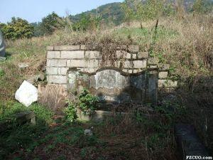 林述庆墓西侧,由林森撰写的林述庆生平,严重破损(来源:nenva摄于2015年2月)