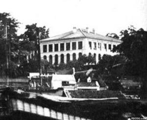 莫理循照片集中的本建筑,约摄于1870年代,注意屋顶与现状有明显不同(来源:《东洋文库》藏莫理循照片集)