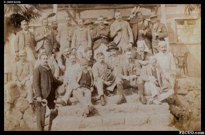 """1892年,鼓岭避暑地的外国人在鼓岭禅臣避暑别墅前拍摄的合影,照片标注为""""在禅臣小屋举办的午餐派对""""(来源:高士威的相片集,布里斯托尔大学藏)"""