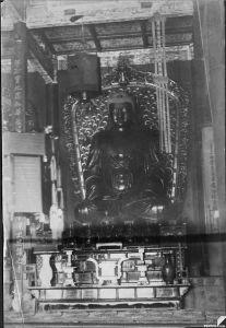 1910年左右拍摄的涌泉寺大雄宝殿三世佛主佛(来源:Emily Susan Hartwell的照片集,南加州大学图书馆藏)
