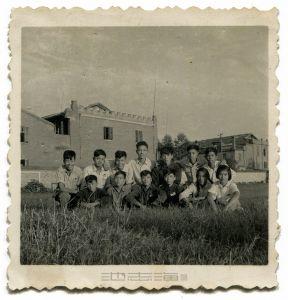 60年代龙楼别墅前合影(右边为龙楼别墅,私人收藏)