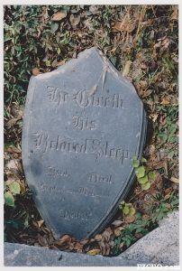 """石厝教堂内原有的一块墓碑,墓主不明。碑文为:""""唯有耶和华所亲爱的,必叫他安然睡觉(He Giveth His Beloved Sleep,诗篇127:2)-生于1888年9月25日,死于1923年1月20日,年35""""(来源:陈晖约摄于1998年)"""