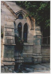 石厝教堂正立面尖券窗(来源:陈晖摄于1998年)