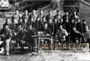 1974年公园居委会宣传队在人字形楼梯前演出! 林正徳 .拍摄,乡巴佬提供