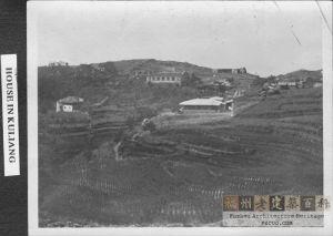 远眺鼓岭力亨利别墅(图中左侧建筑),约摄于1912年前后(来源:柏龄威之孙Dean Billing提供)