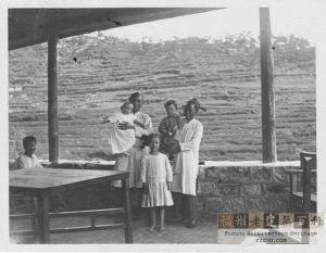 1912年,柏龄威的孩子们在鼓岭柏龄威别墅的合影;站立女孩为长女Marjorie Billing(1906年生于科罗拉多);左边阿妈所抱男孩为次子Arthur Bernald Billing(1911年生于福州);右边阿妈所抱女孩为Elisabeth(Betty) Billing。(来源:柏龄威之孙Dean Billing提供)
