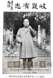 杨鸿斌七十四岁时在别墅前留影(来源:海峡都市报)